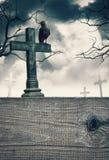 与发怒和木制框架的万圣夜神秘的背景 免版税库存照片