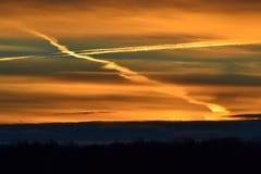 与发怒形式的日出在忽略领域的云彩 库存图片