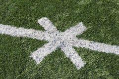 与发怒标记的橄榄球领域 图库摄影