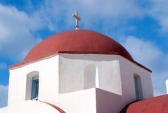 与发怒细节的红色圆顶在米科诺斯岛,希腊 在晴朗室外的教堂建筑学 蓝色教堂天空 图库摄影