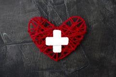 与发怒象的心脏 医疗保健,医疗标志 篡改天标志,在黑暗的背景的象征 库存图片