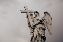 与发怒雕塑的天使 免版税库存照片