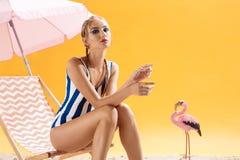 与发烟性眼睛的时装模特儿在夏天装饰摆在 免版税图库摄影