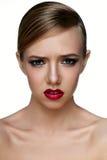与发烟性眼睛的秀丽年轻女性模型激动消极 库存图片