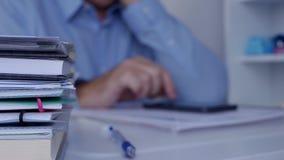与发短信使用一个手机的买卖人的模糊的照片在公司办公室 影视素材