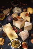 与发霉的乳酪块,烂醉如泥的李子, hon的食品组成 免版税库存图片