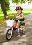 与受伤的膝盖的小孩学会骑自行车 免版税图库摄影
