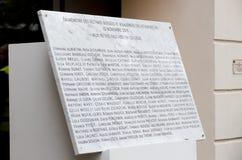 与受害者的90个名字的纪念石头前面的Bataclan 免版税库存照片