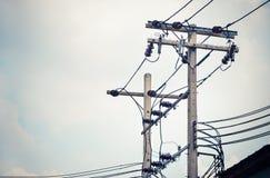 与变压器的电柱子在电网络 免版税库存图片