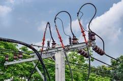 与变压器的电柱子在电网络 免版税图库摄影