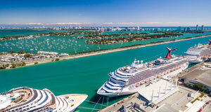 与口岸和游轮,佛罗里达-美国的迈阿密空中地平线 免版税图库摄影