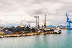 与口岸基础设施的散货在口岸普洛切,最大的海港在南克罗地亚 免版税库存图片