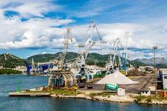 与口岸基础设施的散货在口岸普洛切,最大的海港在南克罗地亚 免版税库存照片
