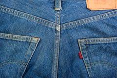 与口袋的蓝色牛仔裤背景 免版税库存图片