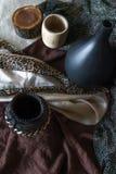 与古体木和cer的土质色的静物画照片 免版税库存图片