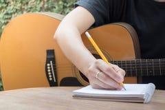 与古典声学吉他的松弛时间 库存图片