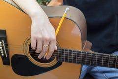 与古典声学吉他的松弛时间 免版税库存照片
