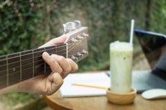 与古典声学吉他的松弛时间 图库摄影