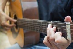与古典声学吉他的松弛时间 库存照片