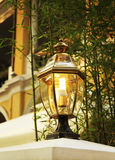 与古典样式的老街灯,葡萄酒街灯,老时尚装饰路灯 库存照片