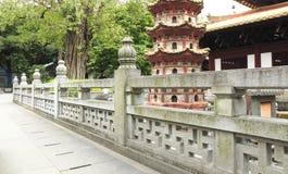 与古典样式的Traditonal中国石楼梯栏杆在庭院,在亚洲东方经典样式的老大理石石栏杆的支里 库存照片