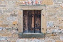 与古典老墙壁的背景木窗架在欧洲 免版税库存照片