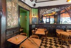 与古家具的空的咖啡馆在艺术Nouveau样式,与镜子和壁画 免版税库存照片