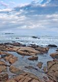 与古怪的形状的岩石的平静的海滨,三亚,海南省,中国 免版税库存照片