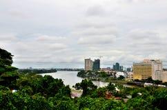 与古晋沙捞越婆罗洲东马来西亚砂拉越河的地平线大厦  库存照片