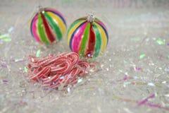 与古板的棒棒糖甜点和中看不中用的物品树装饰的五颜六色的圣诞节食物摄影图片在背景中 免版税图库摄影