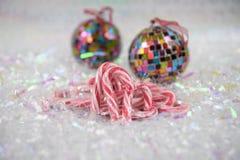 与古板的棒棒糖甜点和中看不中用的物品树装饰的五颜六色的圣诞节食物摄影图片在背景中 库存照片