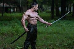 与古老剑的危险人画象 免版税图库摄影