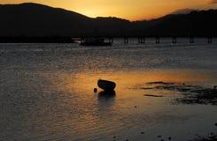 与古老小船的非洲日落在Knysna入口 库存照片