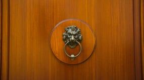 与敲门人的木门 图库摄影