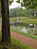 与古老桥梁的风景在Gatchina 库存照片