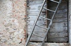 与古老梯子和一个木老门的农村场面 库存图片