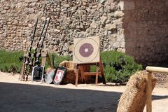 与古老武器的中世纪场面 免版税图库摄影