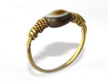 与古老眼睛玛瑙小珠的金戒指 免版税图库摄影