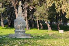 与古老石喷泉的风景 免版税库存图片