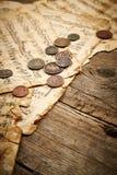 与古老硬币的葡萄酒静物画 免版税库存图片