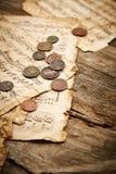 与古老硬币的葡萄酒静物画 库存图片