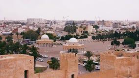 与古老rotundas的城市风景在布尔吉巴陵墓附近的胡同在Monastir,突尼斯 股票录像