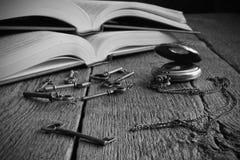 与古色古香的怀表和钥匙的旧书 图库摄影