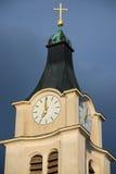 与古色古香的时钟和金黄十字架的钟楼 免版税库存照片