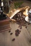 与古色古香的机器研磨机的咖啡beass 库存图片