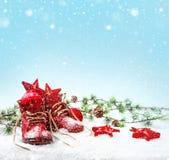 与古色古香的童鞋的怀乡圣诞节装饰 免版税库存照片