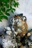 与古色古香的罐的装饰 库存照片