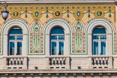 与古色古香的装饰窗口的葡萄酒历史大厦门面 免版税库存照片