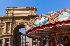 与古色古香的转盘的广场della Repubblica在佛罗伦萨,意大利 免版税库存照片