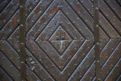 与古色古香的门把手的好的棕色老木门 库存照片